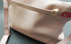 ピンクベージュのショルダーバッグ